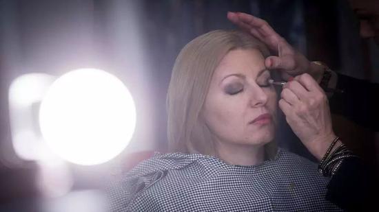 ▲当地时间2019年3月31日,新当选的斯洛伐克总统苏珊娜?恰普托娃在准备电视辩论。 图片来源:视觉中国