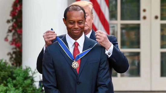 特朗普为伍兹戴上勋章。图/社交媒体