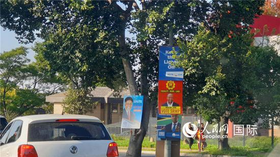 约翰内斯堡街头随处可见各政党色彩各异的竞选海报。摄影万宇(图片来源:人民网)