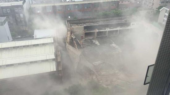 上海4S店坍塌20余人被困 市民:还以为有地震发生