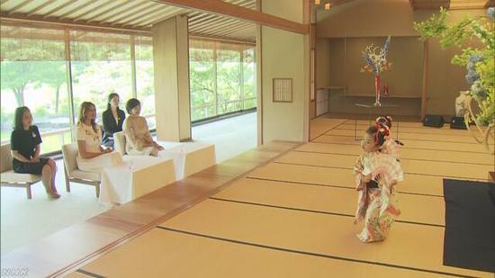 两位夫人观看表演,图源:NHK