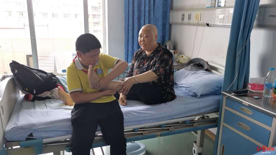 ↑病房里,幼辰在给妈妈按摩