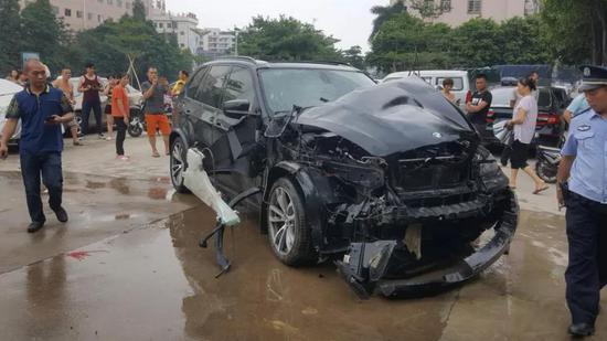 经了解,司机没受任何损伤。
