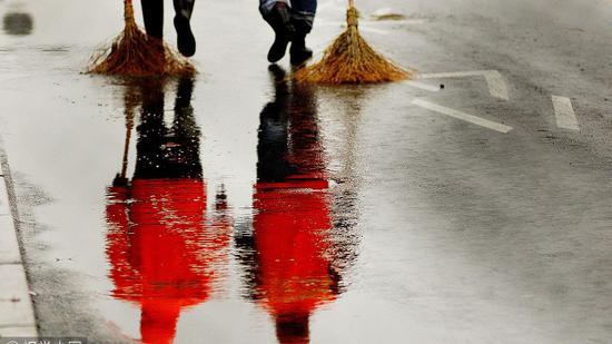 """▲辛苦的环卫工人需求社会更多懂得、支撑和关爱,而非冒着酷暑""""走正步""""这种形式主义。材料图。图片起源:新京报网"""