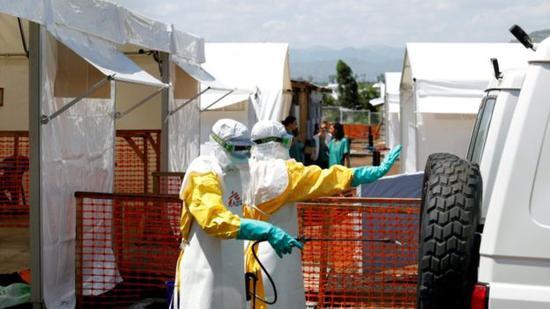 ▲身穿防护服的卫生工作者在刚果民主共和国的埃博拉治疗中心对救护车进行消毒。(图片来源:路透社)