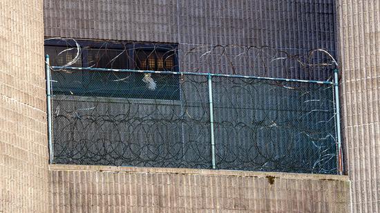 当地时间2019年8月10日,美国纽约,爱泼斯坦生前被关押的纽约大都会惩教中心。视觉中国 图