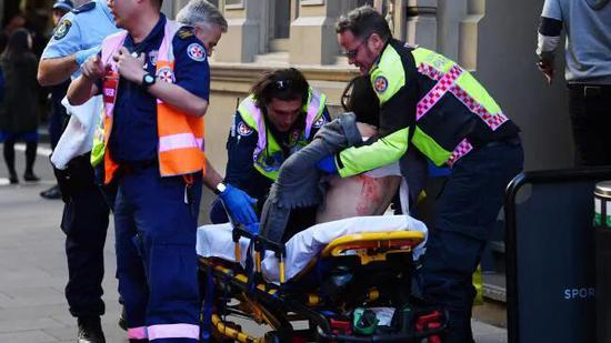 受伤女子被送往医院 图源:《澳大利亚人报》