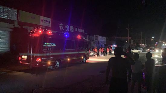 8月21日晚间,北京市大兴区西芦城村停放着参与救援的消防车。实习生 阚子青 摄