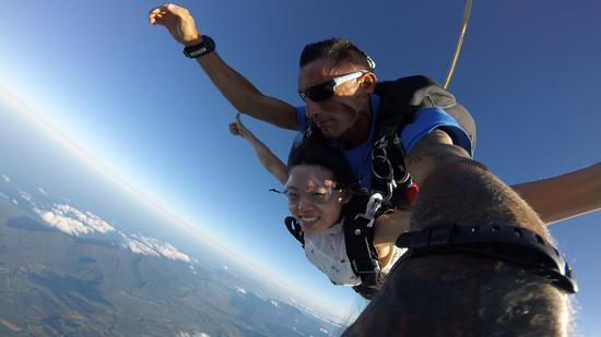 2017年元旦,程利婷和姐姐去澳大利亚跳伞。受访者供图
