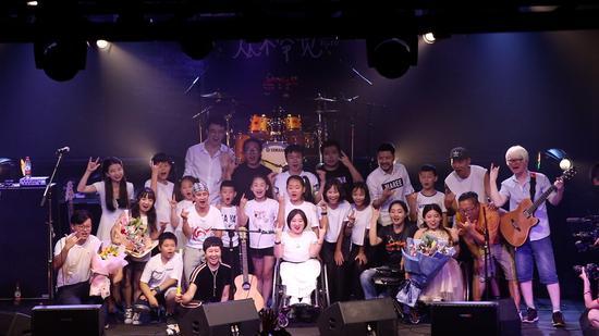 8772笑队演出后和演出嘉宾相符影。新京报记者解蕾 摄