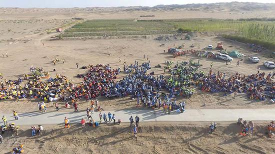 无人机航拍参赛学生在起点线前等待