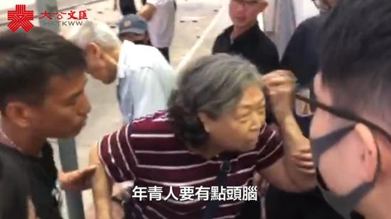 正义阿婆怒斥暴徒(图源:香港文汇网)