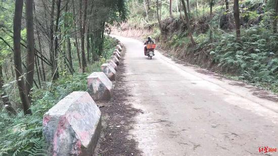 村道上加修的防撞墩。