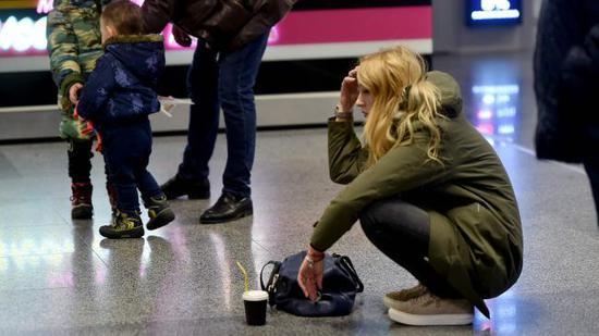 悲痛欲绝的家属们在基辅机场等待亲人的消息。图据AFP