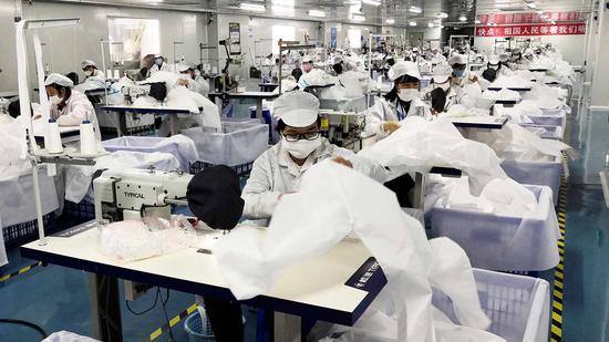 △2月23日,深圳市一家医疗用品企业员工在车间加工防护用品。
