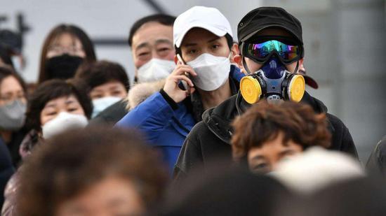 ▲新冠肺热疫情中,韩国街头戴口罩的人。图据韩联社