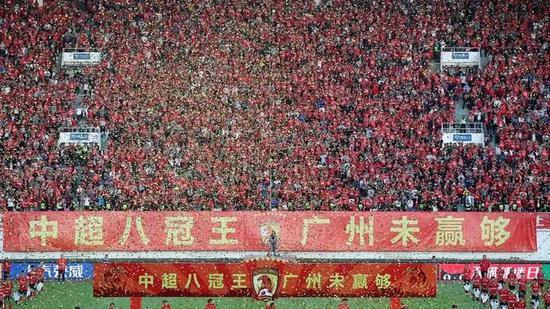 12月1日,在廣州天河體育場進行的2019賽季中國足球協會超級聯賽第30輪比賽中,廣州恒大淘寶隊主場以3比0戰勝上海綠地申花隊,奪得第八冠。新華社記者 李明攝