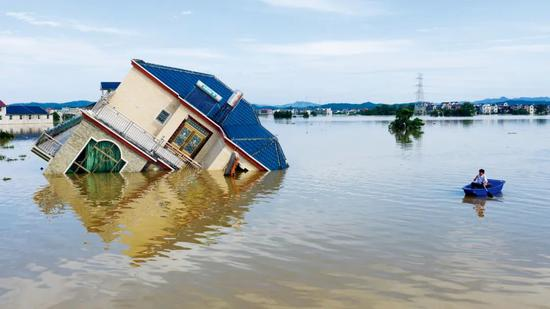 7月12日上午,江西上饶市鄱阳县油墩街镇,多个乡下浸泡在洪水中,片面房屋被冲垮。图/人民视觉
