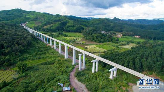 这是2020年7月29日在老挝北部拍摄的建设中的中老铁路。新华社发(潘龙柱摄)