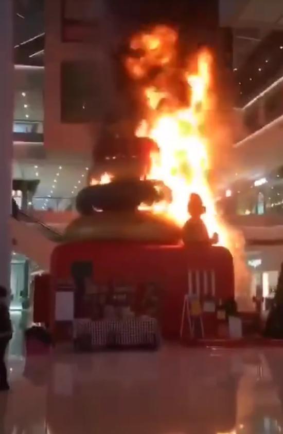 12月1日下昼,天津市和平区恒隆广场发生火灾。来源:受访者供图
