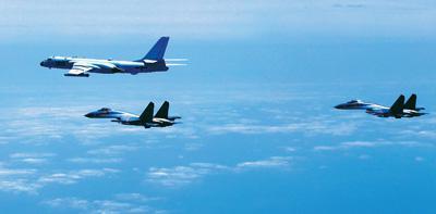 """中国空军多型战机近日连续""""绕岛巡航""""检验实战能力。图为4月19日,中国空军轰-6K等多型战机开展海上方向实战化军事训练。翟培松摄(新华社发)"""