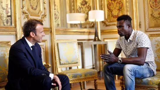 ▲马里移民加萨马在爱丽舍宫与总统马克龙交谈。(法国国际广播电台网站)