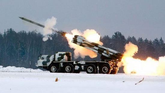 """原料图片:俄军BM-30""""龙卷风""""远火发射原料图。(图片来源于网络)"""