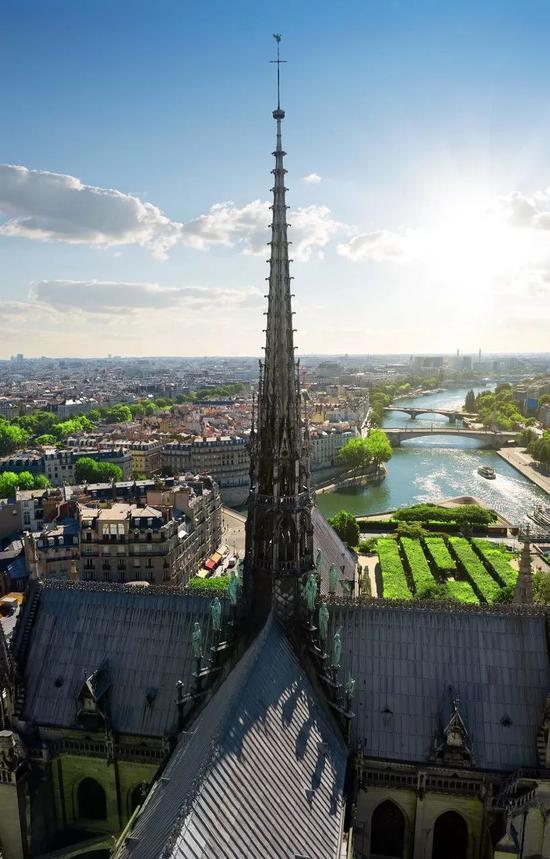 △巴黎圣母院尖塔。
