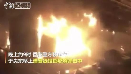 一辆装甲车被击中起火燃烧