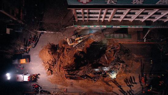 8时12分,青海省西宁市城中区路面塌陷现场,救援人员持续救援。