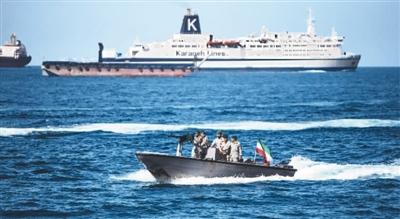近日,伊朗士兵在霍尔木兹海峡巡逻。 新华社发