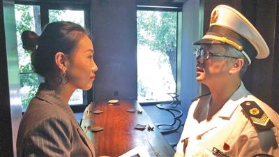 昨日下午,朝阳区卫监所执法人员前往王源吸烟的餐厅进行检查,问询餐厅负责人。
