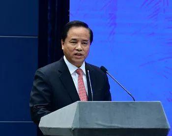刘赐贵在推介会中介绍海南发展情况。