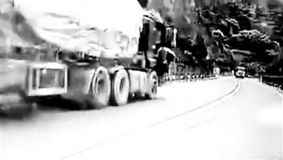 """男子""""飞身拦车""""的一幕 视频截图"""
