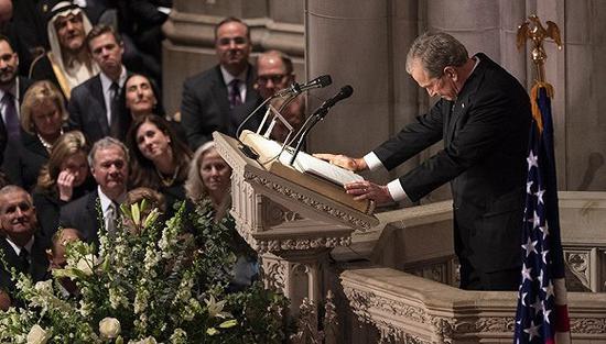 幼布什出席致哀辞,轻抚父亲灵柩。图片来源:视觉中国