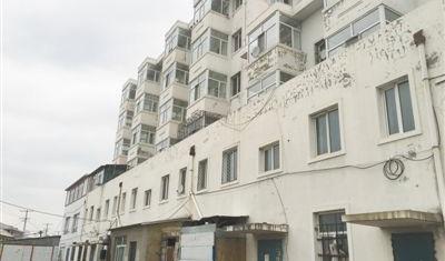 基本建成的商贸综合楼大部分房舍依然空置。本报记者 金正波摄