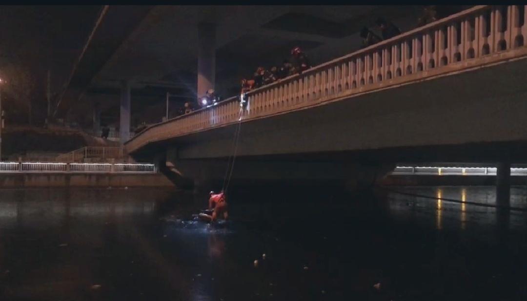 玉蜓桥下有一男子酒后落水。来源:北京市东城消防支队
