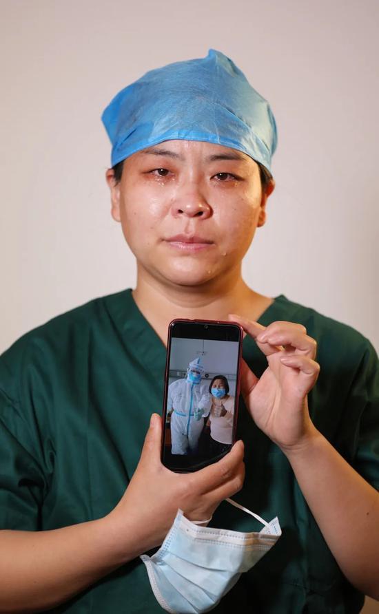 来自山西长治医学院附属和平医院的主管护师孔娅娅一站到镜头前,泪水便悄悄滑落脸颊。