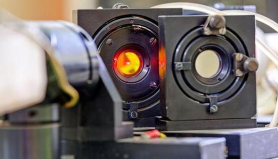 原料图片:日本大阪大学研发的LFEX(激光迅速点火试验)高鞥激光器。(图片来源于网络)