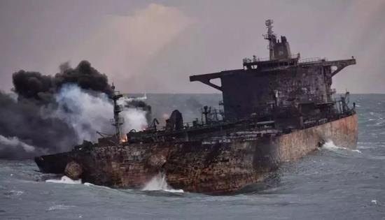 ▲两伊搏斗中被击毁的油轮