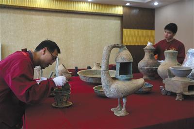 """西汉墓室出土的文物""""大雁铜灯""""。"""