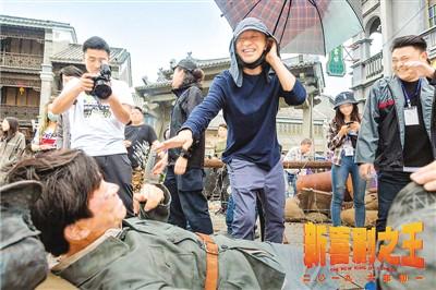 周星驰(带帽者)、王宝强(躺地者)在拍摄现场 出品方供图