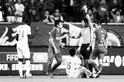 在3月31日晚与重庆斯威的比赛中,当值主裁马宁向深圳佳兆业球员葛振出示红牌 供图/视觉中国