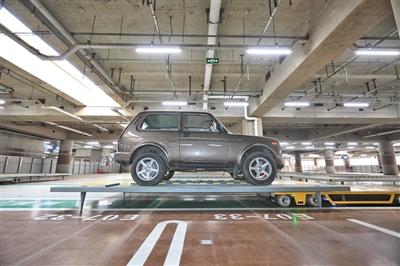 入位后,如果有新的任务,停车机器人会从托盘下驶出。