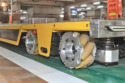 昨日,首都机场智能停车场,停车机器人使用全向轮。