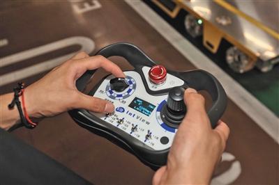 停车机器人可以用专用遥控器手动控制。 本版摄影/新京报记者 王嘉宁