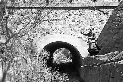 """建成于1909年的""""龙潭沟44号桥"""",桥上仍在走行列车"""