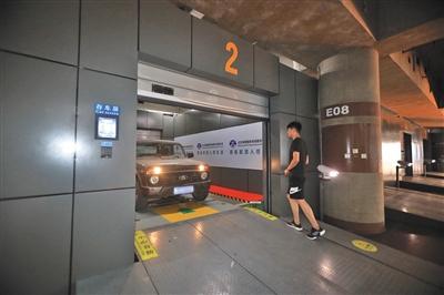 停车机器人将车辆送到车库门口,随后车库门打开,可将车辆开走。