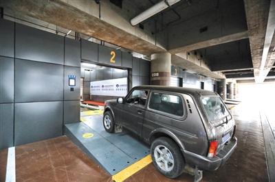 """车辆停在泊车房门口,显示屏出现""""请停车""""标志时,司机可熄火下车。"""