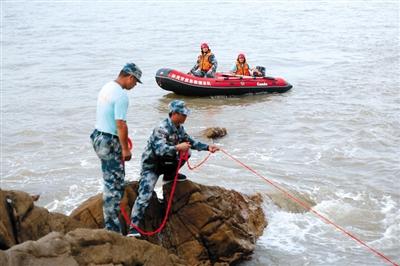 昨日下午,救援队员搜索失踪女童。新京报记者 侯少卿 摄